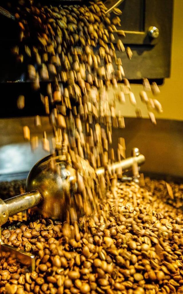 Kaffeehaus-Luebeck-Kafferöster-Bohnen-fallend